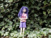 Flickadocka bara i den kall skogen som är rädd och arkivfoto