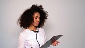 Flickadoktor med frodigt lockigt hår stock video