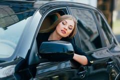 Flickadrev en bil och en blick från fönster på trafik Fotografering för Bildbyråer