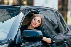 Flickadrev en bil och en blick från fönster på trafik Royaltyfri Fotografi