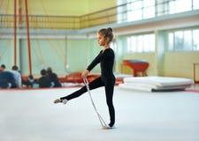 Flickadrev med repet i rytmisk gymnastik Arkivfoto