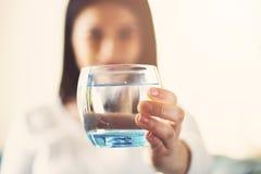 Flickadricksvatten som hemma sitter på en soffa arkivbilder