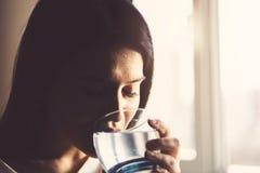 Flickadricksvatten som hemma sitter på en soffa arkivfoton