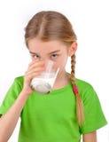 Flickadrinkar mjölkar från ett exponeringsglas Royaltyfri Foto