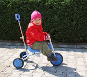 flickaförträningstrehjuling Arkivbild