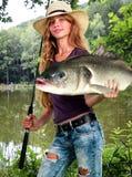Flickafiskemorgon med den hållande lotten av stora fiskar Royaltyfria Bilder