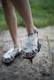 Flickafot i smutsiga sandaler Fotografering för Bildbyråer