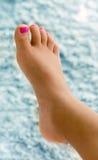 Flickafoten med rosa färger spikar polermedel på tånaglar Royaltyfria Foton