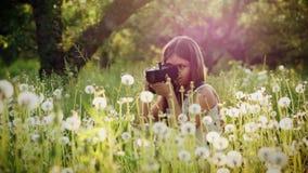 Flickafotografen av tolv år tar bilder av naturen stock video