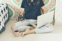 Flickafreelancer med bärbara datorn och vovve royaltyfri fotografi