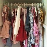 Flickagarderobkläder arkivbild