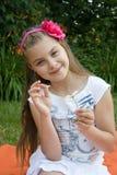 Flickagissningar på kamomill fotografering för bildbyråer