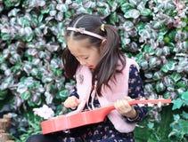 flickagitarr little som leker Royaltyfria Bilder