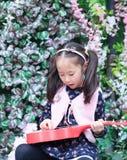 flickagitarr little som leker Arkivfoton