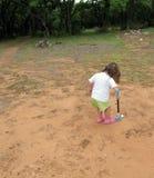 flickagolf som lärer spelrum till barn Arkivbilder