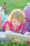 flickagräs little som ligger royaltyfria foton