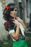 Flickagräsplankjol och röd strumpbyxor Royaltyfria Bilder