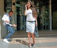 flickagrabbar möter gatan Fotografering för Bildbyråer