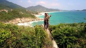 Flickagrabbställning på den höga klippastenen mot seascape arkivfilmer