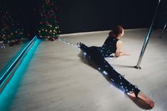 Flickagymnasten ljuset av girlanderna Bra natt arkivbilder