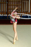 Flickagymnasten utför med ett beslag på konkurrensen Royaltyfria Foton