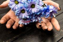 Flickahänder med härliga blommor fotografering för bildbyråer