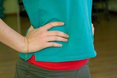 Flickahänderna i sportswear på midjacloseupen Royaltyfri Fotografi