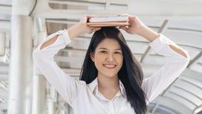 Flickahållbok upp på huvudet med mening lyckligt fotografering för bildbyråer