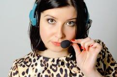 flickahörlurar med mikrofon Arkivbild