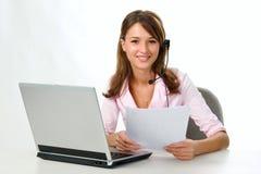 flickahörlurar med mikrofonbärbar dator Fotografering för Bildbyråer