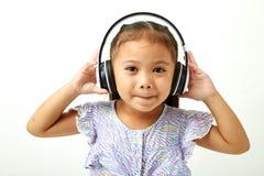 flickahörlurar som lyssnar little musik till arkivfoto