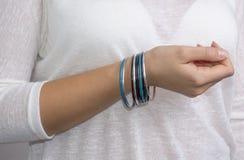 Flickahand med smycken arkivbild