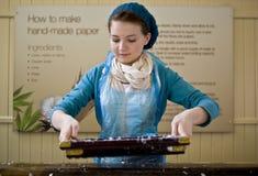 flickahand som gör papper Royaltyfri Bild