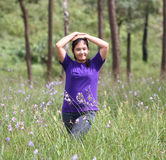 Flickahandling i pinjeskog Royaltyfria Foton