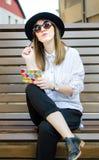 Flickahandstil på en bänk fotografering för bildbyråer