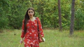 Flickahandtag ut ur pilen från darrning arkivfilmer