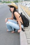 flickahatt nära vägyellow royaltyfri fotografi