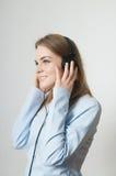 flickaheadphonen lyssnar musik till barn Royaltyfri Fotografi