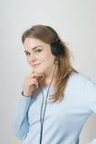 flickaheadphonen lyssnar musik till barn Royaltyfri Foto