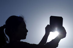 flickaholdingen panels sol- fotografering för bildbyråer