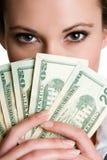 flickaholdingpengar arkivbilder
