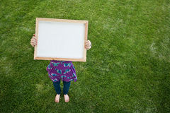 flickaholdingtecken Fotografering för Bildbyråer