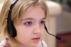 flickahörlurar med mikrofonslitage Arkivfoton