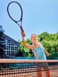 Flickaidrottsman med racket och boll på tennis Arkivfoto