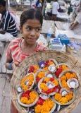 flickaindia indiska offerings som säljer varanasi Arkivfoton