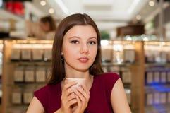 Flickainnehav en kupa av kaffe Royaltyfri Foto