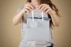 Flickainnehav i åtlöje för påse för gåva för blått papper för handmellanrum upp Tomt PA Royaltyfri Foto