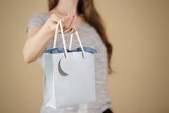 Flickainnehav i åtlöje för påse för gåva för blått papper för handmellanrum upp Tomt PA Royaltyfri Bild