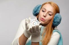 Flickainnehav och kyssa en stor snöflinga Royaltyfri Fotografi