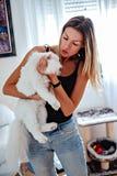 Flickainnehav och kyssa hennes vita persiska katt Royaltyfri Foto